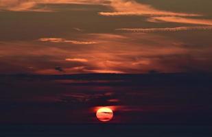 nuages orange colorés et ciel sombre au coucher du soleil