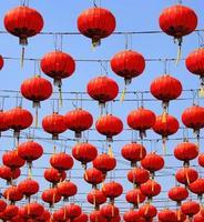 lanternes rouges dans un ciel bleu photo