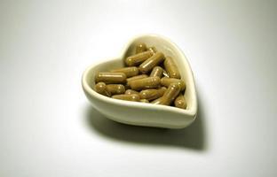 pilules dans un plat de coeur photo