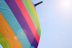 parapluie arc-en-ciel contre le ciel