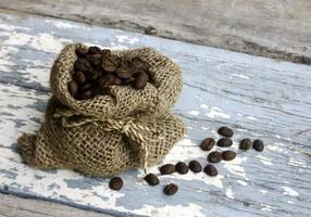 sac de café sur bois