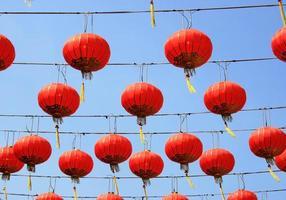 lanternes rouges chinoises dans le ciel photo