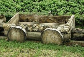 wagon en bois dans le jardin photo