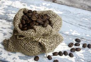 grains de café en sac photo