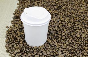tasse à emporter sur les grains de café