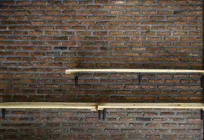 étagères sur mur de briques