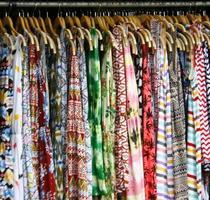 vêtements suspendus sur une étagère