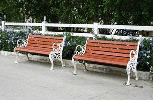bancs rouges près de la clôture