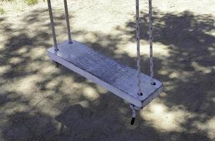 balançoire en bois rustique photo