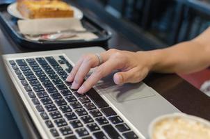 main de clavier d'ordinateur photo