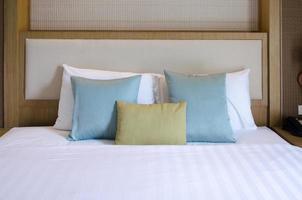 oreillers sur le lit photo