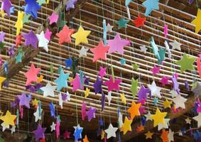 étoiles suspendues colorées