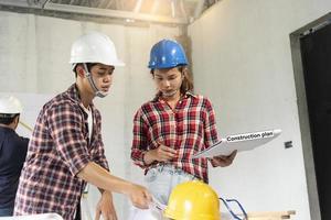 ingénieurs portant des casques de sécurité