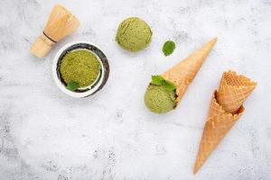 glace au thé vert matcha avec cornet gaufré et feuilles de menthe photo