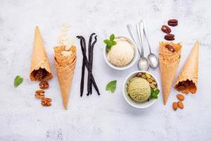 diverses saveurs de crème glacée dans des bols