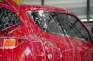 voiture rouge en cours de lavage