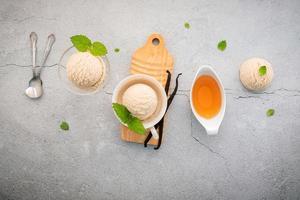 saveur de glace à la vanille dans un bol avec des gousses de vanille