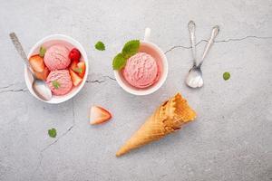 Saveur de glace à la fraise dans un bol blanc photo