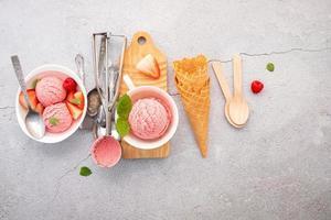 Saveur de glace à la fraise dans un bol blanc