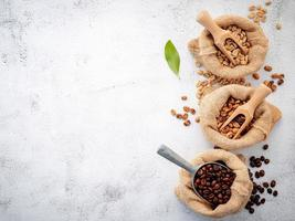 grains de café décaféiné vert et brun non torréfiés et torréfiés foncés photo