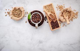 grains de café torréfiés avec cuillère