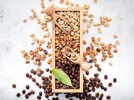 grains de café décaféiné vert et brun non torréfiés et torréfiés foncés