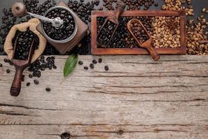 grains de café torréfiés avec cuillère avec moulin manuel photo