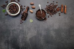 grains de café torréfiés avec cuillère photo