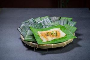 Boulettes de riz pyramidales dans le panier photo