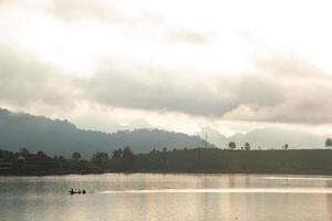 bateau sur la rivière photo