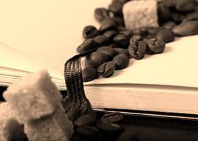 grains de café sur livre