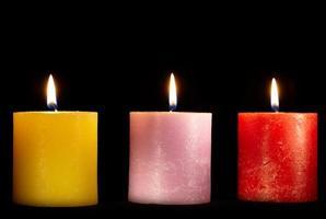 trois bougies sur fond noir