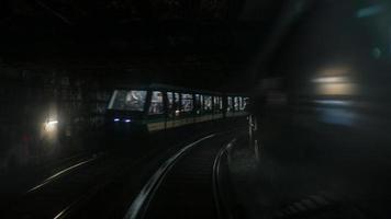 Paris, France, 2020 - train se déplaçant dans un tunnel