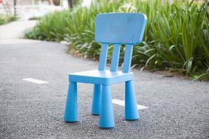 chaise en plastique bleu dans le parc