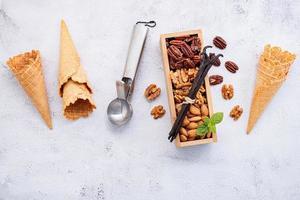 cornets de crème glacée vides avec garnitures de noix mélangées photo