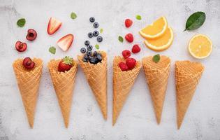 divers fruits en cônes photo