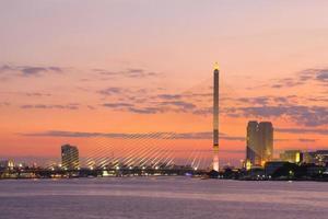 Pont Rama VIII à Bangkok au coucher du soleil photo