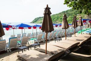 bains de soleil et parasols en Thaïlande photo
