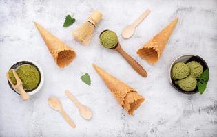 glace au thé vert matcha avec cornet gaufré et feuilles de menthe
