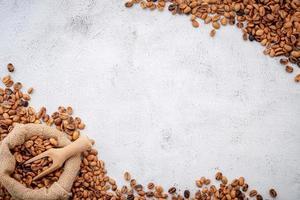 grains de café torréfiés avec cuillères photo