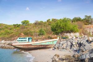 Vieux bateau de pêche sur la plage en Thaïlande