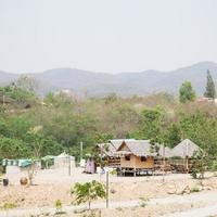 petites cabanes sur une montagne en thaïlande photo
