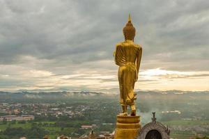 Bouddha au-dessus de la ville en Thaïlande photo