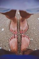 les pieds du jeune amant sur la plage photo