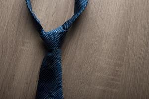 cravate bleue isolé sur fond en bois photo