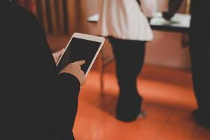 businesswoman holding tablet tout en travaillant au bureau photo