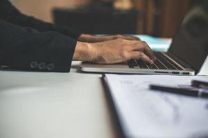 femme d & # 39; affaires assis au bureau et travaillant sur ordinateur photo