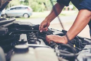 homme vérifiant un moteur de voiture photo