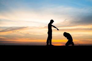 silhouette d'un couple bouleversé dans une querelle au coucher du soleil photo