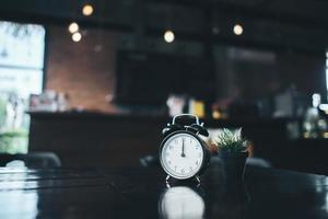 Réveil rétro sur une table en bois photo
